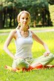 blondynka krzyżujący nóg park Zdjęcia Stock