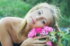 blondynka kwiaty Zdjęcia Royalty Free