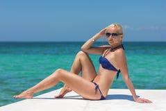 Blondynka model na łódkowatym pokładzie pozuje w okularach przeciwsłonecznych zdjęcie royalty free