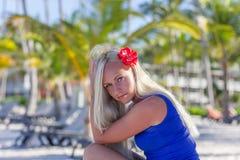 Blondynka model na palm drzew tle obraz stock