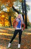 Blondynka modela pozować - autumm sezon fotografia stock