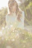 Blondynka modnisia dziewczyna patrzeje kamerę Zdjęcie Royalty Free