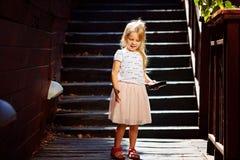 Blondynka na drewnianym schody cieszy się wakacje obrazy royalty free