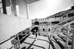 Blondynka na miasto ulicie Modny miastowy spojrzenie Czarny i biały moda styl zdjęcia royalty free