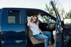 Blondynka nastolatek otrzymywa samochód jak teraźniejszość obraz royalty free