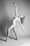 Blondynka tancerz, balerina na popielatym tle obraz royalty free