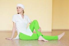 Blondynka w biel ubraniach angażuje w joga Zdjęcie Royalty Free