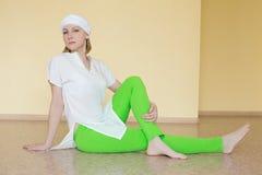Blondynka w biel ubraniach angażuje w joga Obraz Royalty Free