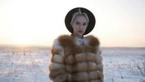 Blondynka w kapeluszu w zimie zbiory wideo