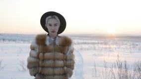 Blondynka w kapeluszu w zimie zdjęcie wideo