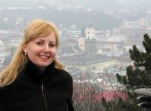 Blondynka w mgłowym Lviv obrazy royalty free