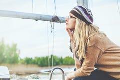 Blondynka w okularach przeciwsłonecznych przeciw tłu masztowy jacht Zdjęcie Royalty Free