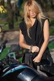 Blondynka z długie włosy blisko motocyklu zdjęcie royalty free