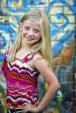 blondynki śliczna dziewczyny graffiti trochę ściana zdjęcie royalty free