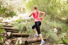 Blondynki atlety działający up drewniani schodki zdjęcie royalty free