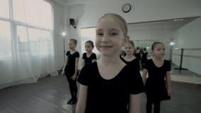 Blondynki baleriny mały stojak przy przodem inne baleriny i sen z zamkniętymi oczami Tancerz marzy wokoło zbiory wideo