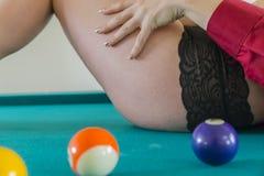 Blondynki bielizny model Na basenu stole Fotografia Stock