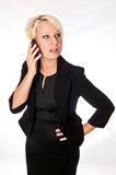Blondynki biznesowa kobieta opowiada na telefonie komórkowym w czarnym kostiumu Obrazy Stock