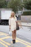 Blondynki bywalec ulicy styl w Nowy Jork fotografia stock