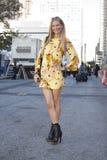 Blondynki bywalec ulicy styl w Nowy Jork obrazy stock