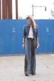 Blondynki bywalec ulicy styl w Nowy Jork obrazy royalty free