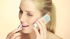 Blondynki dama Używa telefon komórkowego zdjęcie wideo