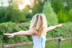 Blondynki dziewczyna ćwiczy gimnastyki w naturze zdjęcie stock