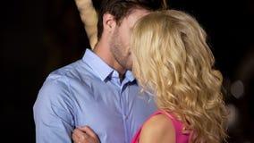 Blondynki dziewczyna żarliwie całuje chłopaka, romantyczna data outdoors, miłość zdjęcia royalty free