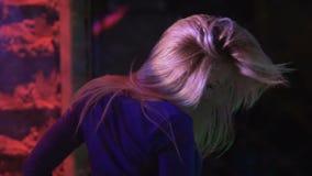 Blondynki dziewczyna cieszy się tana w noc klubie, relaksująca atmosfera, zwolnione tempo zdjęcie wideo