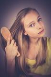 Blondynki dziewczyna czesze jej włosy, zbożowy skutek Obraz Royalty Free