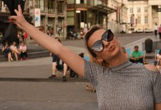 Blondynki dziewczyna czuje swobodnie z okularami przeciwsłonecznymi Zdjęcia Royalty Free
