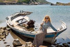 Blondynki dziewczyna na shipwreck Obraz Stock