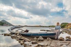 Blondynki dziewczyna na shipwreck Obrazy Stock