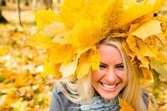 blondynki dziewczyna opuszczać klonu ładny zdjęcie stock
