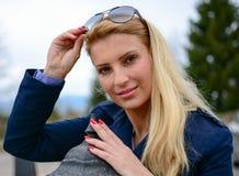 Blondynki dziewczyna patrzeje kamerę Fotografia Royalty Free