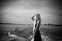 Blondynki dziewczyna podróżuje na jego jachcie Obraz Stock