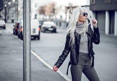 Blondynki dziewczyna pozuje outside Obrazy Royalty Free