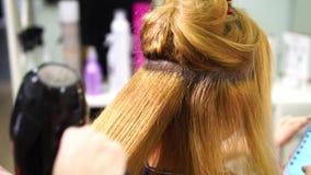 Blondynki dziewczyna przy włosianym stylistą zbiory wideo