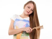 Blondynki dziewczyna robi fryzurze Obrazy Stock
