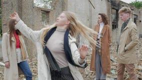 Blondynki dziewczyna robi teatralnie nakreśleniu zbiory