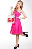 Blondynki dziewczyna trzyma białą klatkę z czerwonym sercem Obrazy Stock