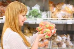 Blondynki dziewczyna trzyma kolorowe owoc fotografia stock