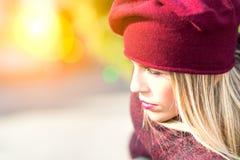 Blondynki dziewczyna w świetle słonecznym zdjęcia royalty free