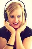 Blondynki dziewczyna w dużych hełmofonach Zdjęcia Royalty Free
