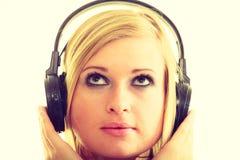 Blondynki dziewczyna w dużych hełmofonach Zdjęcia Stock