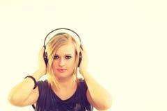 Blondynki dziewczyna w dużych hełmofonach Fotografia Stock