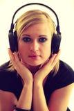 Blondynki dziewczyna w dużych hełmofonach Zdjęcie Stock