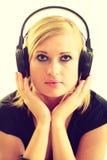 Blondynki dziewczyna w dużych hełmofonach Obrazy Royalty Free