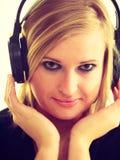 Blondynki dziewczyna w dużych hełmofonach Obraz Royalty Free