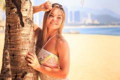 blondynki dziewczyna w koronka chwytów palmowym bagażniku ono uśmiecha się na plaży Obraz Stock